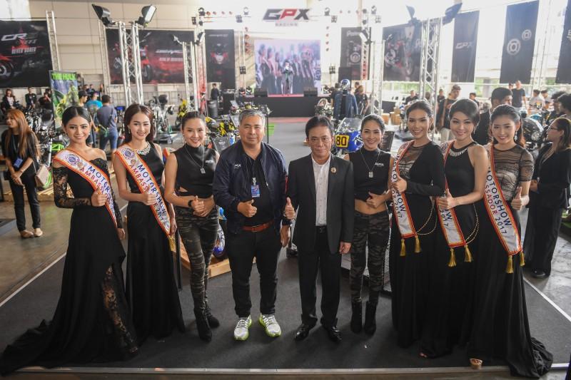 ผู้บริหารถ่ายภาพร่วมกับประธานเปิดงาน Battle Of Custom Contest 2017