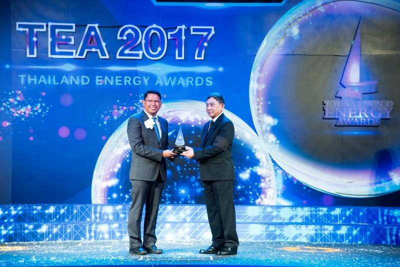 คุณอำนาจ แสงจันทร์ รองประธานฝ่ายการผลิต จีเอ็ม ประเทศไทย (ซ้าย) รับมอบรางวัลไทยแลนด์ เอนเนอร์จี อวอร์ด 2017 จากพลอากาศเอกประจิน จั่นตอง รองนายกรัฐมนตรี จีเอ็ม ประเทศไทย ได้รับรางวัลยกย่องจากความมุ่งมั่นในการอนุรักษ์พลังงาน ซึ่งจัดโดยกรมพลังงานทดแทนและอนุรักษ์พลังงาน กระทรวงพลังงาน
