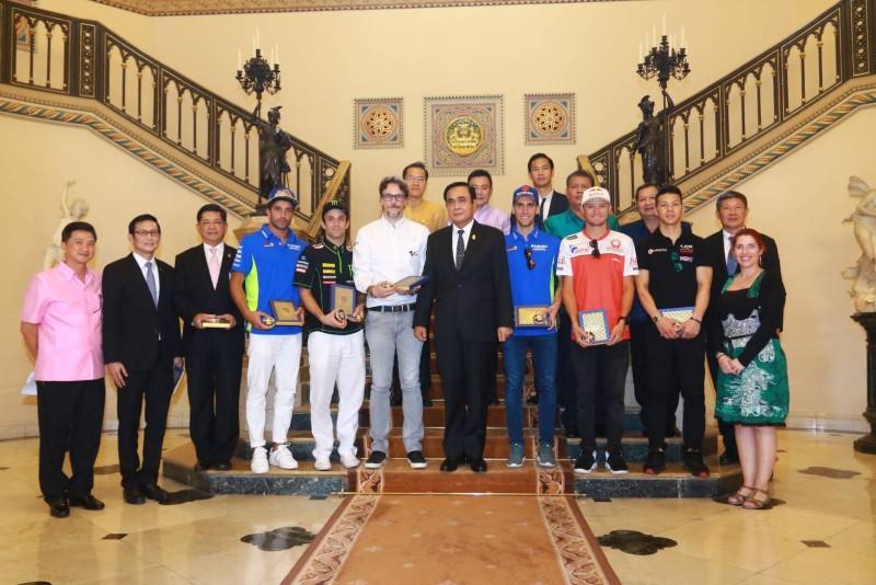 """""""บิ๊กตู่"""" มั่นใจ """"โมโตจีพีไทยแลนด์"""" ช่วยยกระดับความสัมพันธ์ระหว่างประเทศ เปิดทำเนียบต้อนรับ 5 นักแข่งดัง พร้อมมอบพระให้เป็นที่ระลึก แย้มหากมีเวลาจะเดินทางไปชมที่สนามฯ"""