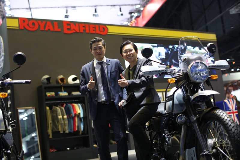 """นางสาวณฐพร จิรมหาโภคา ผู้จัดการรอยัล เอนฟิลด์ประจำประเทศไทย และนายสมรรถ รอบบรรเจิด ผู้จัดการทั่วไป บริษัท เจเนอร์รัล ออโต้ ซัพพลาย จำกัด ผู้แทนจำหน่ายรอยัล เอนฟิลด์ อย่างเป็นทางการในประเทศไทย พร้อม """"รอยัล เอนฟิลด์ หิมาลายัน สลีท"""" รถมอเตอร์ไซค์รอยัล เอนฟิลด์ หิมาลายันที่มาในสีและลวดลายใหม่เป็นครั้งแรกในประเทศไทย ณ งานมอเตอร์โชว์ 2018"""