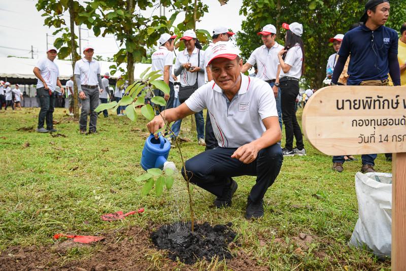 นายพิทักษ์ พฤทธิสาริกร กรรมการผู้จัดการกองทุนฮอนด้าเคียงข้างไทย ร่วมปลูกต้นไม้