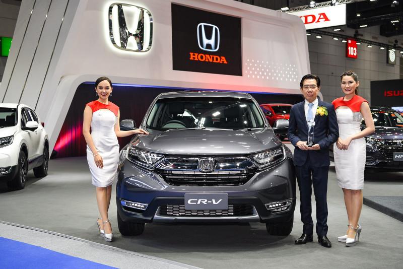 คุณณัฏฐ์ ปฏิภานธาดา กับ Honda CR V ซึ่งได้รางวัล SUV แรงและประหยัดที่สุด