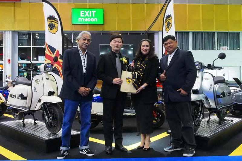 คุณจตุพร ขันมณี (คนที่ 2 จากซ้าย) รองประธานการจัดงาน  Bangkok International Grand Motor Sale 2018 ให้เกียรติร่วมเป็นสักขีพยานในการเปิดบูธ สโกมาดิ สกู๊ตเตอร์สัญชาติอังกฤษ โดยมีคุณพีรญา เชี่ยวสกุล (คนที่ 2 จากขวา) รองประธานกรรมการ พร้อมด้วยผู้บริหาร บริษัท สโกมาดิ (ประเทศไทย) จำกัด ให้การต้อนรับและมอบของที่ระลึก