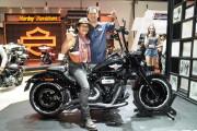 แอ๊ด คาราบาว ชมบูธ Harley-Davidson พร้อมส่ง Fat Boy  แต่งเต็มร่วมโชว์ในงานMotor Show 2019
