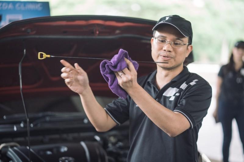 วิทยากรอธิบายการตรวจเช็คสภาพรถในเบื้องต้น เพื่อยืดอายุการใช้งานของรถยนต์