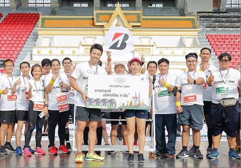 """บริดจสโตนในฐานะผู้สนับสนุนกิจกรรม """"เดิน-วิ่ง 2019 Olympic Day"""" มอบรางวัลยาง ECOPIA ให้ผู้โชคดี"""