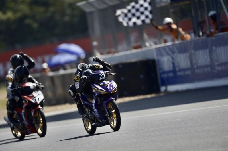 ณัฐพงษ์ เปรี่ยมนอง นักบิดเทคโนโลยีพังโคนพณิชยการ โชว์ฟอร์มสดคว้าชัย Yamaha Moto Challenge 2019 เรซ 2 สนามสุดท้าย ส่วนแชมป์ประจำปีเป็นของ กฤษติพงษ์ บัวอิ่น จากเทคโนโลยีภาคตะวันออก (อี.เทค)