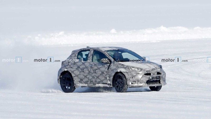 Toyota Small Crossover Test Mule Spy Photo 01