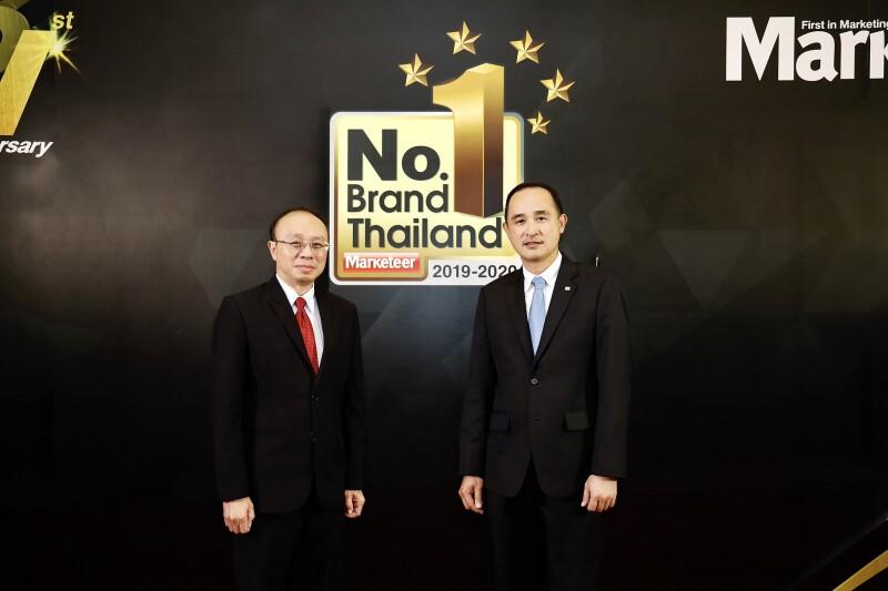 (ซ้าย) คุณเพิ่มพล โพธิ์เพิ่มเหม บรรณาธิการและผู้ก่อตั้งนิตยสาร Marketeer และ (ขวา) คุณสมิทธ์ แสงไฟ ผู้จัดการส่วนงานการตลาดและกลยุทธ์ บริษัท บริดจสโตนเซลส์ (ประเทศไทย) จำกัด